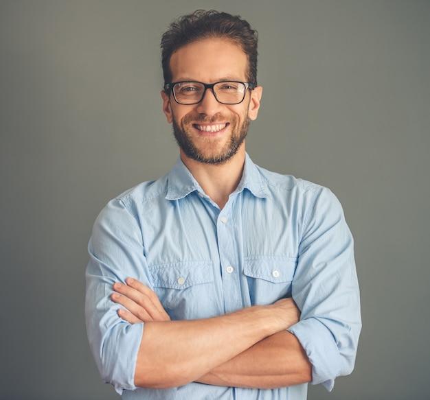 Giovane uomo d'affari bello in camicia ed occhiali. Foto Premium
