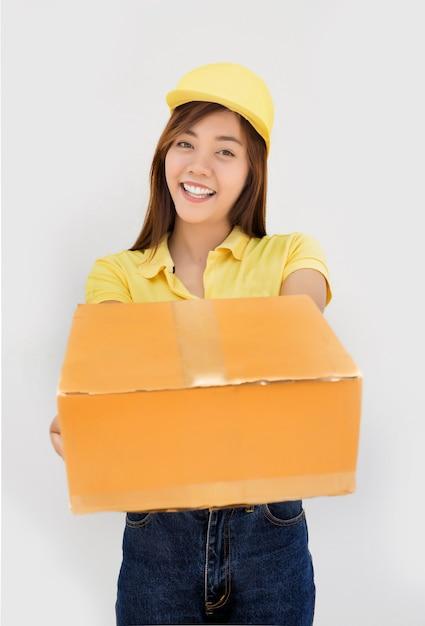 Scatola di carta del pacchetto di consegna di invio asiatico felice su sfondo bianco isolato Foto Premium