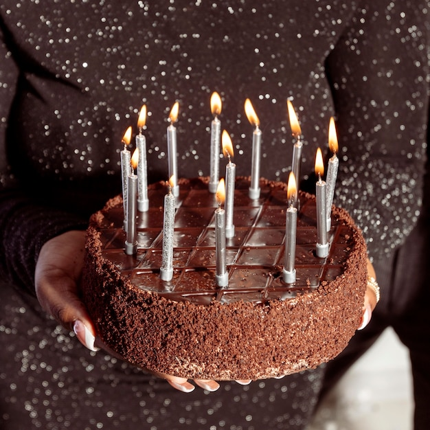 Buon compleanno torta al cioccolato alta vista Foto Premium