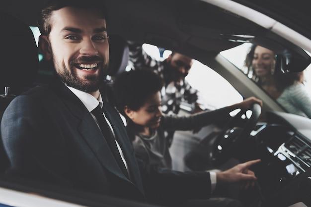 Happy car manager vendita di veicoli alla famiglia afro. Foto Premium