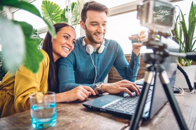 Felice coppia di blogger che registra un video in preparazione alla pubblicazione sui social network Foto Premium