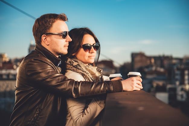 Coppia felice godendo sul tetto Foto Premium
