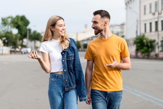 Coppie felici che camminano e parlano Foto Premium