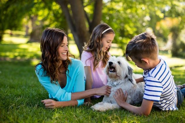 Famiglia felice che gode nel parco Foto Premium
