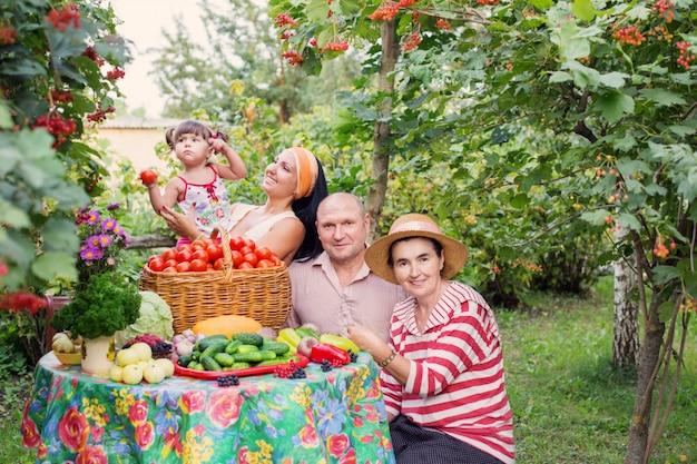 Famiglia felice in giardino Foto Premium
