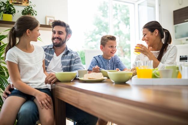 Famiglia felice facendo colazione Foto Premium