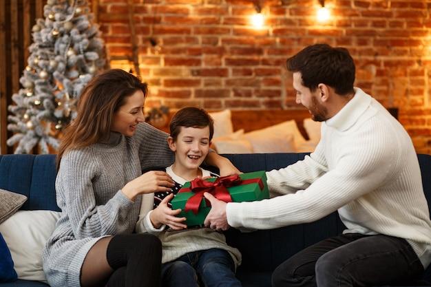 Famiglia felice che trascorre insieme la mattina di natale Foto Premium