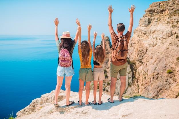 Famiglia felice in vacanza in montagna Foto Premium