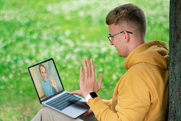 Amici felici, coppia innamorata in chat parlando tramite videochiamata utilizzando la webcam sul computer portatile. concetto di amore virtuale. lavoro online, lezione, studio, educazione, appuntamenti. ragazza che fa videocall con ragazzo, sorridente Foto Premium