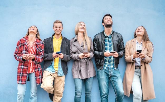 Amici felici che usano gli smartphone Foto Premium
