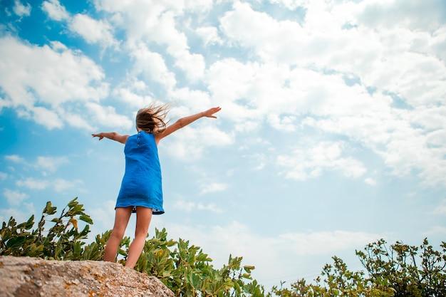 La ragazza felice nella ragazza del vestito gode della vista del cielo Foto Premium