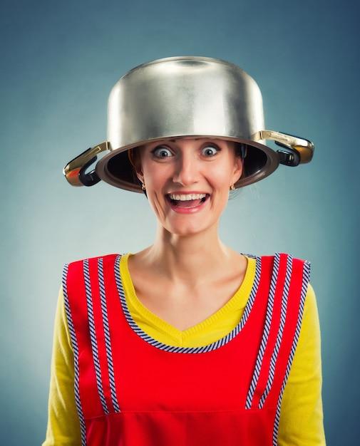Casalinga felice con padella sulla sua testa Foto Premium
