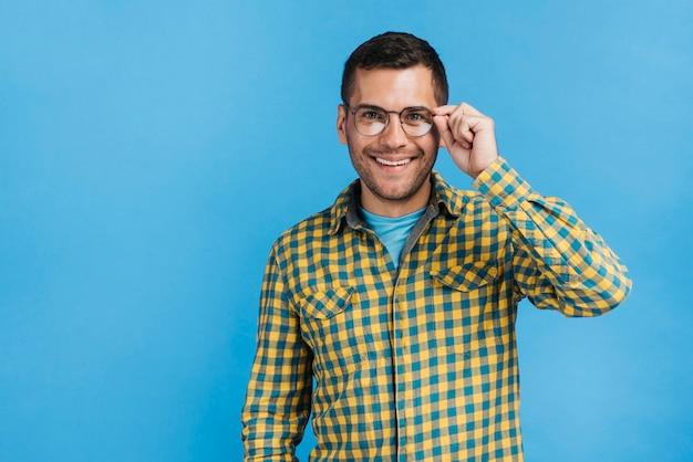 Vetri da portare dell'uomo felice con lo spazio della copia Foto Premium