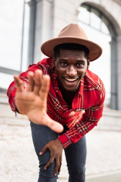 Uomo felice con mano offuscata Foto Premium