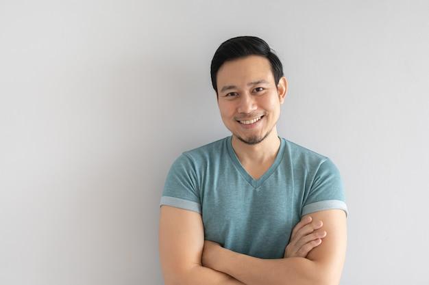 Uomo felice con il volto chiaro e innocente sorriso. Foto Premium