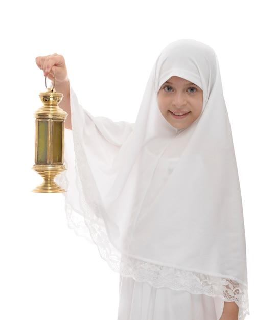 Felice ragazzina musulmana celebra il ramadan tenendo festosa lanterna Foto Premium