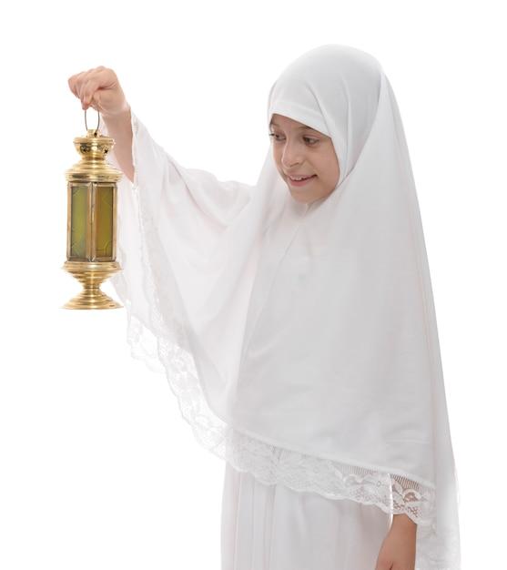 Ragazza musulmana felice che celebra con la lanterna festiva del ramadan Foto Premium