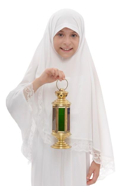 Felice ragazza musulmana con festosa lanterna del ramadan Foto Premium