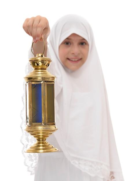 Felice ragazzina musulmana con lanterna di ramadan Foto Premium