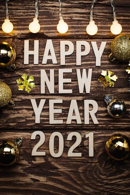 Felice anno nuovo 2021. simbolo dal numero 2021 su fondo in legno Foto Premium