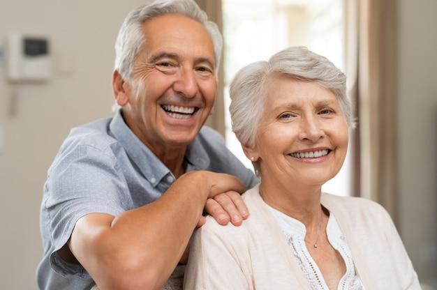 Felice coppia senior sorridente Foto Premium