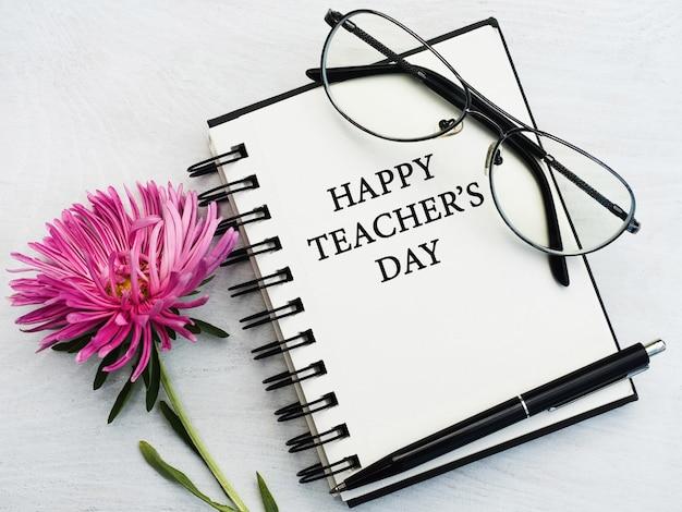Buon giorno dell'insegnante. bellissimo biglietto di auguri. avvicinamento Foto Premium