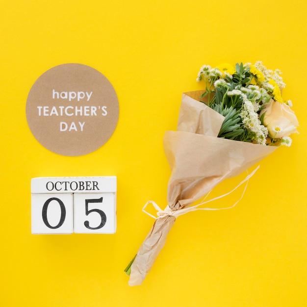 Concetto di giorno dell'insegnante felice con i fiori Foto Premium