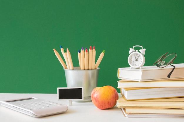 Concetto di scrivania del giorno dell'insegnante felice Foto Premium
