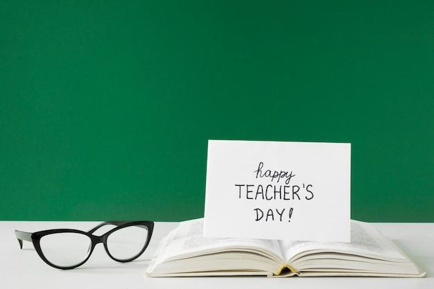 Cartolina d'auguri e occhiali da lettura del giorno dell'insegnante felice Foto Premium