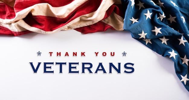 Felice giorno dei veterani concetto. bandiere americane su sfondo bianco. Foto Premium