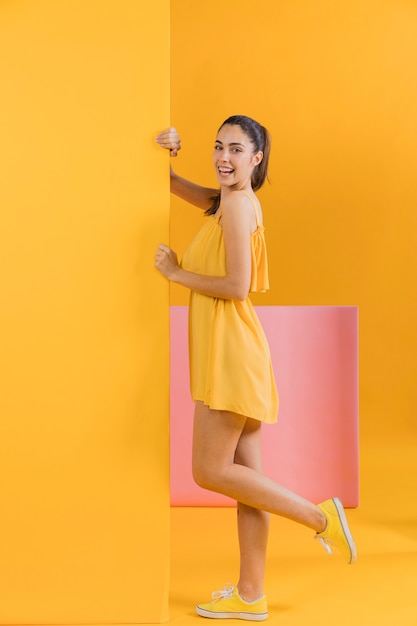 Donna felice in abito giallo Foto Premium