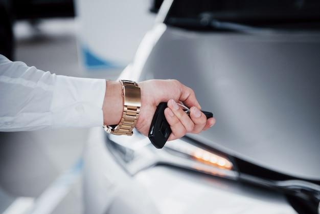Felice giovane con le chiavi in mano, fortunato comprare una macchina Foto Premium