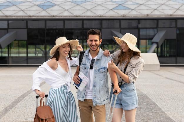 Giovani turisti felici alla stazione dei treni Foto Premium