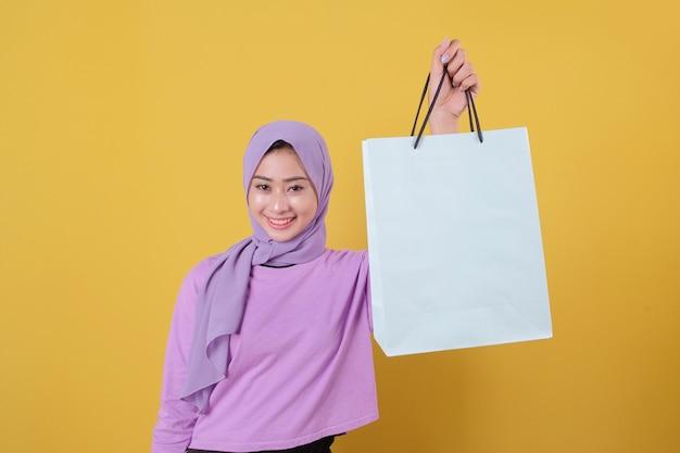 Felici giovani donne amanti dello shopping mostrando borse, indossando maglietta viola il concetto di acquisto Foto Premium