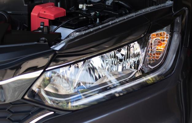 Faro anteriore di un'auto personale con luce a led Foto Premium