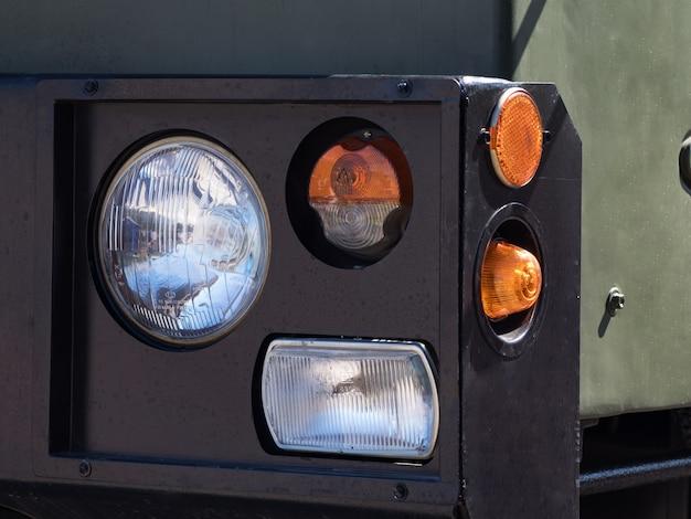 Faro anteriore con indicatore di direzione di veicoli militari pesanti. Foto Premium