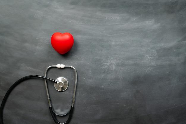 Assicurazione medica sanitaria con cuore rosso e stetoscopio Foto Premium