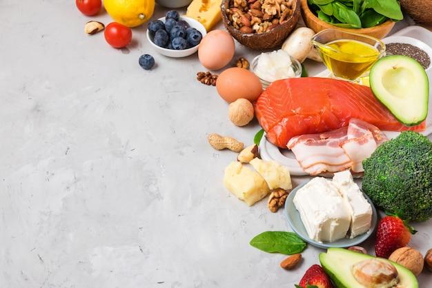 Dieta chetogenica a basso contenuto di carboidrati per alimenti sani. prodotti ad alto contenuto di grassi Foto Premium