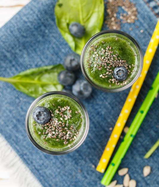 Frullato verde sano e ingredienti Foto Premium