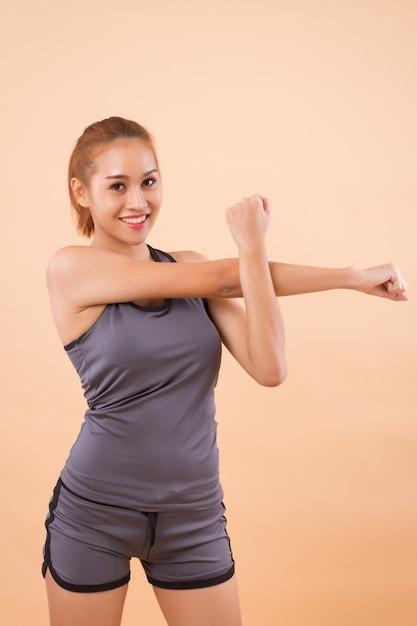 Donna asiatica sana e felice che allunga Foto Premium
