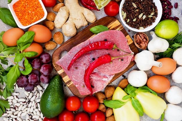 Concetto di alimentazione sana. sfondo di cibo equilibrato dieta sana.  verdure biologiche fresche, frutta, fagioli, carne, pesce, latticini. vista  dall'alto. ingredienti da cucina. cibo organico. mangiare chiaro. salutare    Foto Premium