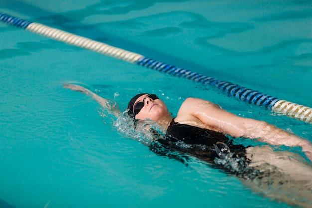 Nuoto sano nuotatore vicino Foto Premium