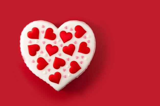 Torta cuore per san valentino decorata con cuori di zucchero Foto Premium