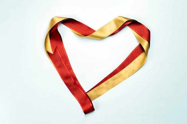 Nastro di raso rosso a forma di cuore Foto Premium