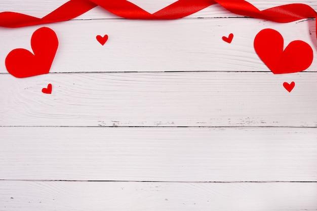 Cuori su sfondo bianco in legno. sainte valentine, festa della mamma, biglietti di auguri di compleanno, invito, concetto di celebrazione. copia spazio Foto Premium