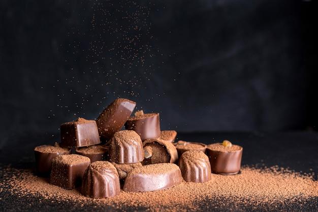 Dolci al cioccolato ad alto angolo con cacao in polvere Foto Premium
