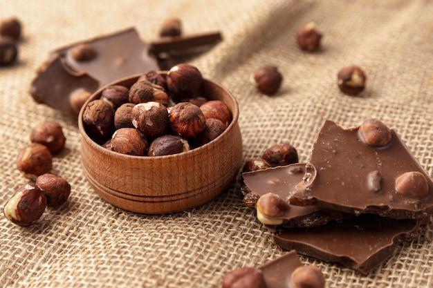 Alto angolo di cioccolato con nocciole su tela Foto Premium
