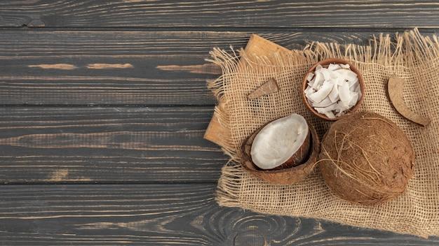 Angolo alto della noce di cocco su tela da imballaggio con lo spazio della copia Foto Premium