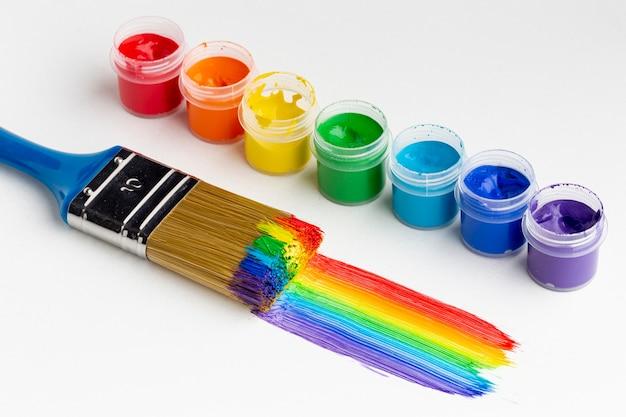 Alto angolo di aquarelle colorate e pennello Foto Premium