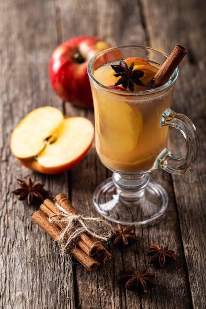 Alto angolo di delizioso succo di mela Foto Premium
